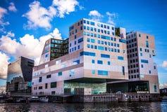 ΑΜΣΤΕΡΝΤΑΜ, ΚΑΤΩ ΧΏΡΕΣ - 15 ΑΥΓΟΎΣΤΟΥ 2016: Το παλάτι της δικαιοσύνης στο Άμστερνταμ είναι ένα νέο ορόσημο των δυτικών αποβαθρών  Στοκ φωτογραφία με δικαίωμα ελεύθερης χρήσης