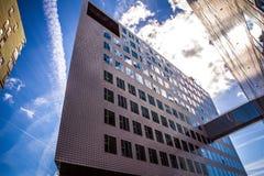ΑΜΣΤΕΡΝΤΑΜ, ΚΑΤΩ ΧΏΡΕΣ - 15 ΑΥΓΟΎΣΤΟΥ 2016: Το παλάτι της δικαιοσύνης στο Άμστερνταμ είναι ένα νέο ορόσημο των δυτικών αποβαθρών  Στοκ φωτογραφίες με δικαίωμα ελεύθερης χρήσης
