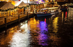 ΑΜΣΤΕΡΝΤΑΜ, ΚΑΤΩ ΧΏΡΕΣ - 17 ΙΑΝΟΥΑΡΊΟΥ 2016: Ð ¡ η βάρκα στα κανάλια νύχτας του Άμστερνταμ στις 17 Ιανουαρίου 2016 Στοκ Εικόνα
