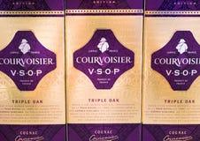 ΑΜΣΤΕΡΝΤΑΜ, ΚΑΤΩ ΧΏΡΕΣ - 18 ΙΟΥΛΊΟΥ 2018: Τα μπουκάλια του τριπλού δρύινου κονιάκ Courvoisier ψωνίζουν duty free Στοκ Φωτογραφία
