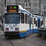 ΑΜΣΤΕΡΝΤΑΜ, ΟΛΛΑΝΔΙΑ - 13 ΜΑΐΟΥ: Τραμ που τρέχει στο κέντρο της πόλης μεταξύ των πεζών Στοκ εικόνα με δικαίωμα ελεύθερης χρήσης