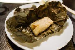 Αμυδρό ποσό: Κολλώδες ρύζι με τις γαρίδες και περικάλυμμα με τα φύλλα λωτού στο καλάθι μπαμπού στο εστιατόριο στο Ντουμπάι στοκ φωτογραφίες