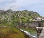 Αμυντικοί τοίχος και ποταμός έξω από Kotor, Μαυροβούνιο Στοκ Εικόνα