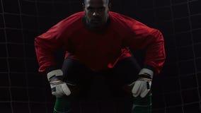 Αμυντικός ποδοσφαιριστής στην καθαρή πύλη που περιμένει τη σύλληψη της σφαίρας, ετοιμότητα φιλμ μικρού μήκους