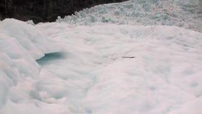 Αμυχή στον παγετώνα στα χιονώδη κρύα βουνά της Νέας Ζηλανδίας φιλμ μικρού μήκους