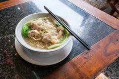 Αμυδρό ποσό με τη σούπα νουντλς στον κινεζικό καφέ Στοκ Εικόνες
