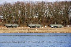 Αμφίβιο στρατιωτικό αυτοκίνητο που στέκεται σε ένα έδαφος κατάρτισης κοντά στο ρ Στοκ φωτογραφία με δικαίωμα ελεύθερης χρήσης
