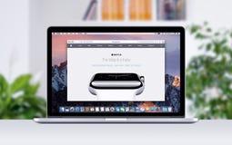 Αμφιβληστροειδής της Apple MacBook Pro με μια ανοικτή ετικέττα στο σαφάρι που παρουσιάζει ιστοσελίδας ρολογιών της Apple Στοκ Εικόνες