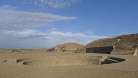 Αμφιθέατρο και πυραμίδες στην έρημο Huacho σε 141 χιλιόμετρα βόρεια της Λίμα Στοκ Φωτογραφία