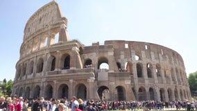 Αμφιθέατρο Coliseum που περιβάλλεται από το πλήθος των τουριστών, γύρος επίσκεψης στη Ρώμη απόθεμα βίντεο