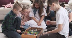 Αμφιθαλείς που παίζουν foosball στο σπίτι φιλμ μικρού μήκους