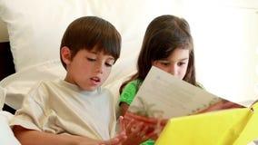 Αμφιθαλείς που κρατούν ένα βιβλίο διαβάζοντας το φιλμ μικρού μήκους