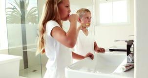 Αμφιθαλείς που πλένουν τα δόντια από κοινού απόθεμα βίντεο