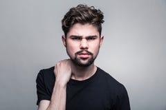 Αμφισβήτηση νεαρών άνδρων Στοκ Φωτογραφίες