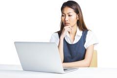 Αμφισβητήσιμη επιχειρηματίας που χρησιμοποιεί ένα lap-top Στοκ Εικόνα