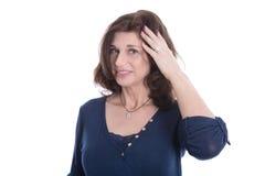 Αμφισβητήσιμη και σκεπτική ώριμη γυναίκα στο μπλε που απομονώνεται στο λευκό στοκ φωτογραφία με δικαίωμα ελεύθερης χρήσης