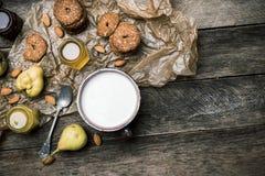 Αμύγδαλα και γάλα μπισκότων αυτιών στο ξύλο Στοκ Φωτογραφίες