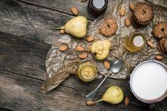 Αμύγδαλα και γάλα μπισκότων αχλαδιών στο ξύλο Στοκ φωτογραφία με δικαίωμα ελεύθερης χρήσης