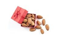 αμύγδαλα, ομάδα αμυγδάλων, αμύγδαλα στο κόκκινο κιβώτιο δώρων πέρα από την άσπρη πλάτη στοκ εικόνα