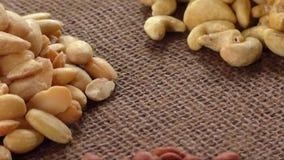 Αμύγδαλα, το δυτικό ανακάρδιο, ξύλα καρυδιάς και φουντούκια που βρίσκονται burlap φιλμ μικρού μήκους