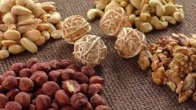 Αμύγδαλα, το δυτικό ανακάρδιο, ξύλα καρυδιάς και φουντούκια που βρίσκονται burlap απόθεμα βίντεο