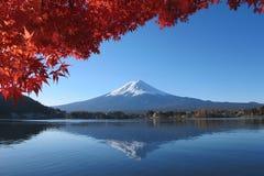 ΑΜ Το Φούτζι απεικονίζει στη λίμνη το φθινόπωρο στοκ εικόνες