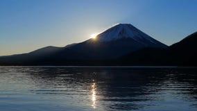 ΑΜ Φούτζι της ανατολής από τη λίμνη Motosu Ιαπωνία απόθεμα βίντεο