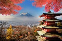 ΑΜ Όρος Φούτζι με τα χρώματα πτώσης στην Ιαπωνία στοκ εικόνα