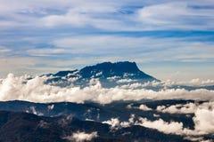 ΑΜ Kinabalu στα σύννεφα στο Μπόρνεο από την ΑΜ Στοκ φωτογραφίες με δικαίωμα ελεύθερης χρήσης