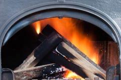 Ανάβοντας έγγραφο εγχώριου ψησίματος για να θερμάνει την εγχώρια θέρμανση το χειμώνα και την άνοιξη αυτόνομα σε ένα ιδιωτικό σπίτ στοκ εικόνες με δικαίωμα ελεύθερης χρήσης