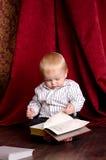 ανάγνωση αγοριών βιβλίων Στοκ Εικόνα