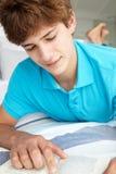 ανάγνωση αγοριών βιβλίων &epsilon Στοκ φωτογραφίες με δικαίωμα ελεύθερης χρήσης
