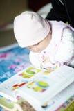 ανάγνωση αγοριών βιβλίων μ&ome Στοκ Εικόνες