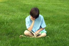 ανάγνωση αγοριών Στοκ Φωτογραφία