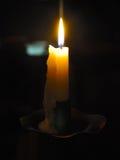 Ανάγνωση από το φως κεριών στις σύγχρονες εποχές Στοκ φωτογραφία με δικαίωμα ελεύθερης χρήσης