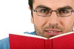 ανάγνωση ατόμων γυαλιών βιβλίων στοκ φωτογραφίες