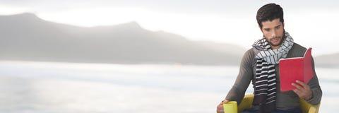 Ανάγνωση ατόμων με το φλυτζάνι από τα βουνά θάλασσας Στοκ φωτογραφία με δικαίωμα ελεύθερης χρήσης