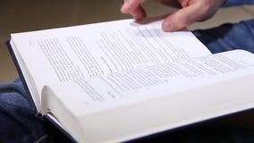 Ανάγνωση ατόμων απόθεμα βίντεο