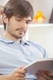 ανάγνωση βασικών ατόμων βιβ& στοκ φωτογραφία με δικαίωμα ελεύθερης χρήσης