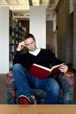 ανάγνωση βιβλιοθηκών Στοκ εικόνες με δικαίωμα ελεύθερης χρήσης