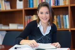 Ανάγνωση γυναικών στη βιβλιοθήκη στοκ εικόνες με δικαίωμα ελεύθερης χρήσης