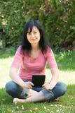 Ανάγνωση γυναικών ebook Στοκ Φωτογραφίες