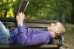 Ανάγνωση ενός βιβλίου Στοκ Εικόνες