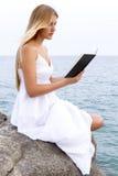 Ανάγνωση ενός βιβλίου Στοκ εικόνες με δικαίωμα ελεύθερης χρήσης