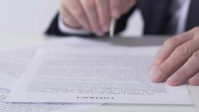 Ανάγνωση επικεφαλής τμήματος και υπογραφή των εγγράφων συμβάσεων, επιτυχής επιχειρησιακή διαπραγμάτευση απόθεμα βίντεο