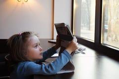 ανάγνωση εφημερίδων παιδι Στοκ Φωτογραφία