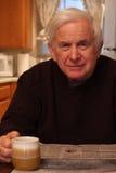 ανάγνωση εφημερίδων grandpa στοκ φωτογραφίες