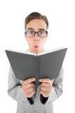 Ανάγνωση ιεροκηρύκων Geeky από τη μαύρη Βίβλο Στοκ Εικόνα