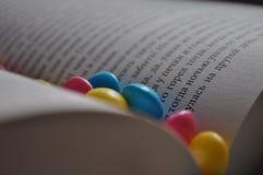 Ανάγνωση και κατανάλωση Στοκ φωτογραφία με δικαίωμα ελεύθερης χρήσης
