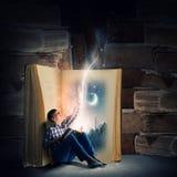 Ανάγνωση και φαντασία Στοκ εικόνες με δικαίωμα ελεύθερης χρήσης